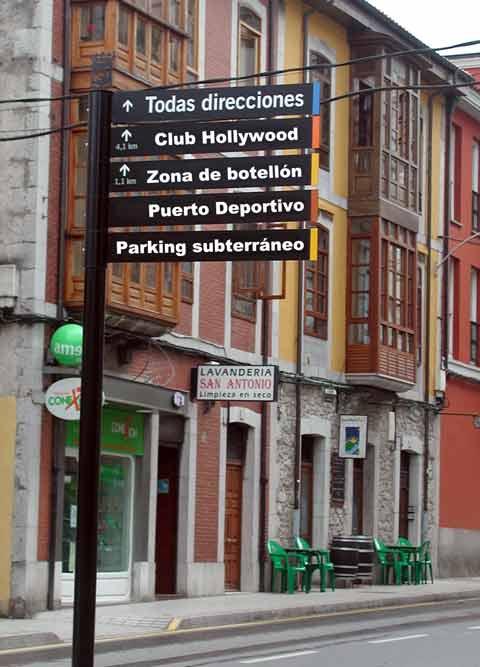 Nueva señalización turística en Llanes, jajaja.